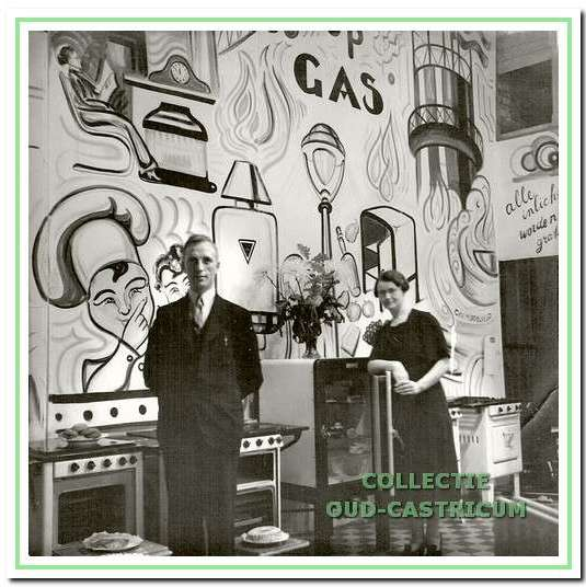 Piet Nijman en Miep van Buren op de tentoonstelling, reclame makend voor het koken op gas.