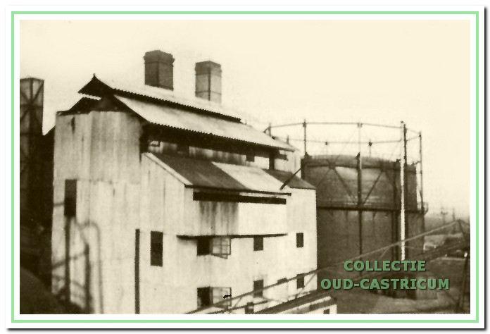 Aan de achterkant van de fabriek de in 1933 gebouwde hal voor de schuinkamerovens.