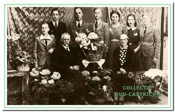 Het gezin Portegies op 5 juli 1942; de dag van het 25-jarig huwelijksfeest van Sijf en Cornelia.