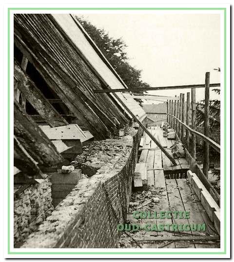 Wijkend muurgedeelte aan de zuidzijde, gezien naar het oosten, zoals in 1953 werd aangetroffen.