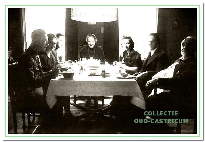 Een foto uit 1939 ten tijde van de mobilisatie. Het gezin Seulijn verleende onderdak aan twee vaandrigs van het Nederlandse leger. Rechts de dominee en aan het hoofd van de tafel mevrouw Seulijn.