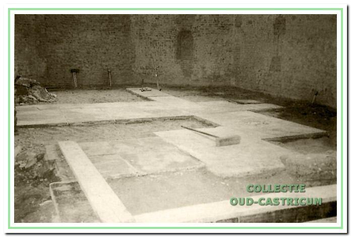 Het plaatsen van de oude grafzerken.