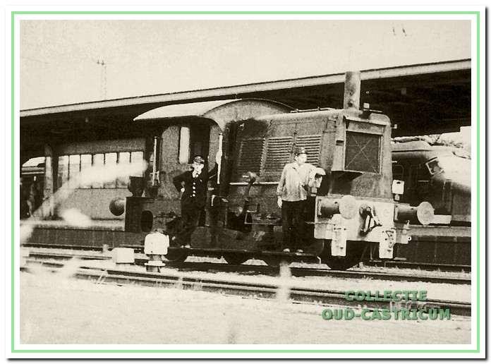 De locomotor 'de Sik' met 'sikkebaas' en rangeerder. Zij brachten de goederenwagens.