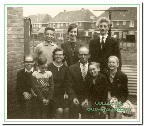 Het gezin van Willem Schermer en Anna Kroone achter hun huis aan de Schoolstraat.