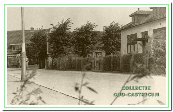 Links op de achtergrond de bakkerij van Hemmer aan de Ruiterweg. Het eerste huis op de hoek van de Mient was rechts woonhuis en winkel 'de kleine winst' van Simon Stuifbergen, eerder van zijn vader Bertus Stuifbergen (op schets nummer 22). In het ernaast naast staande witte huis woonde Hendricus Zandbergen (op schets nummer 23).