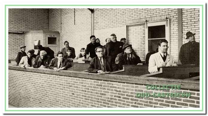 Een aantal kopers voor de veilingklok. Niet alle namen zijn bekend: uiterst rechts Klaas Scheerman, bij de 2e bank de kopers Pi Schoon uit Broek op Langedijk en Jan Zonneveld uit Bakkum Noord; bij de 3e bank rechts Bertus Fatels, naar achteren Reijnders en Martin Res, bij de 4e bank links Lou Fatels en helemaal achteraan links Bank Groentjes.