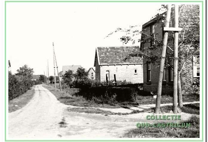 Rechts op de voorgrond het huis van Willem Breetveld (nr 19). Dit nu nog bestaande huis vinden we op de hoek van de Eerste Groenelaan en Kleibroek. Richting Kooiweg zien we rechts achtereenvolgens op de foto het huis van Jan Bakker, aan de Eerste Groenelaan 18 en van Piet Groentjes aan de Eerste Groenelaan 16.