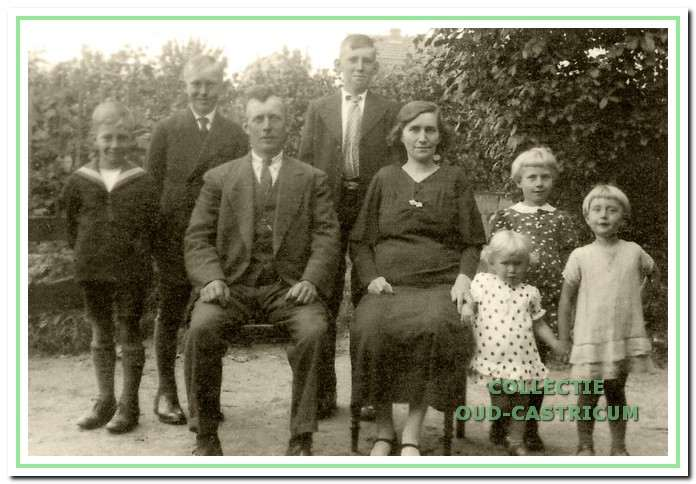 Nicolaas Scheerman en zijn vrouw Johanna Benning omstreeks 1936. V.l.n.r.: de zoons Niek, Bertus en Simon en de dochters Joop, Bels en Sjaan (de jongste Anna is nog niet geboren).