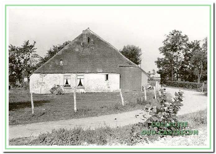 De boerderij van Dorus Kaandorp (nr 75) in de bocht van de Brakersweg, gezien vanuit het oosten.