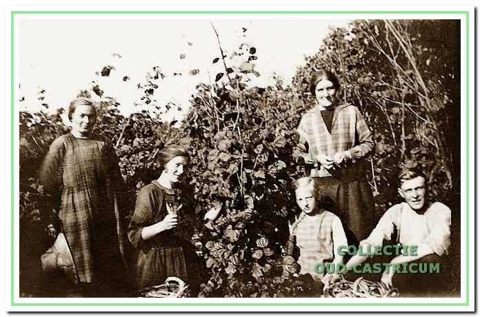 De familie Wokke in 1929 in de tuin achter het huis.