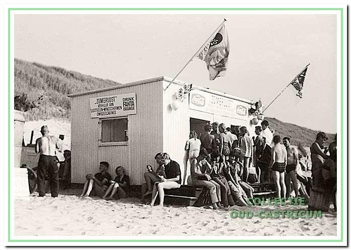 Volop drukte bij de kiosk van Ulder op het noorder strand.