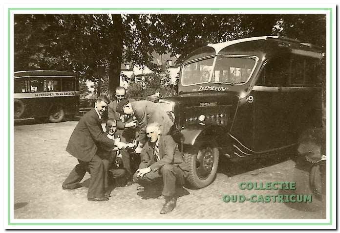 Henk Kuijs (met pet) voor een wagen van 'De Zeemeeuw'.