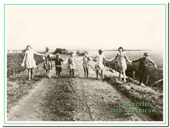 Thijs Bakker met zijn zusjes aan de Oude Haarlemmerweg.
