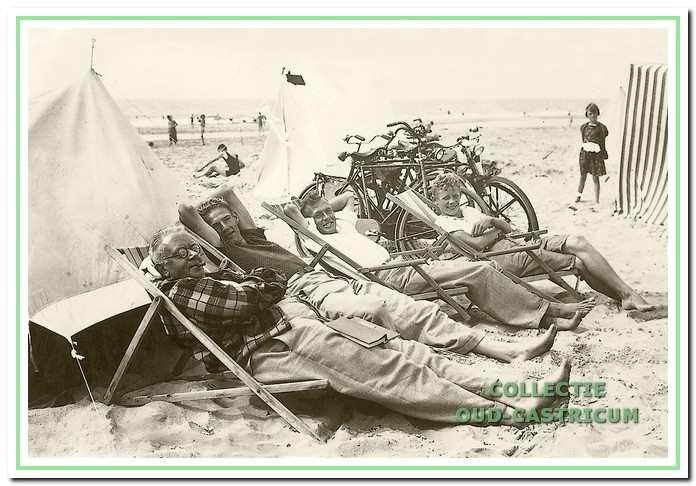 Ongeveer 1935: een paar badgasten vermaken zich. De jongen op de achtergrond met die blonde krullen is Niek Bakker.