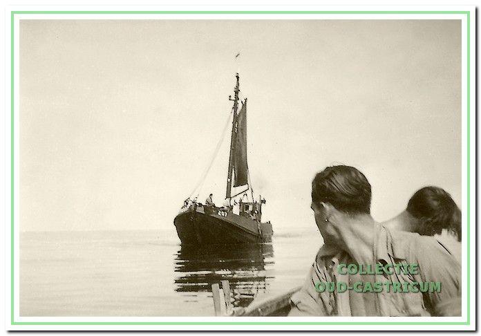 Thijs roeit met zijn vlet naar een vissersboot om een maaltje vis te halen.
