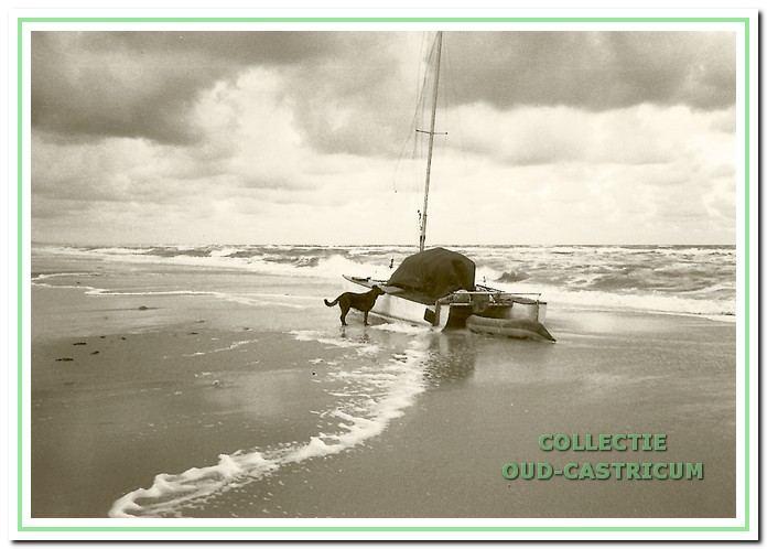 Dit is een gestrande catamaran op een ochtend aangetroffen tussen Castricum en Heemskerk. In verband met de mogelijke aanwezigheid van hasj aan boord van dit soort scheepjes werd de lading direct gecontroleerd.