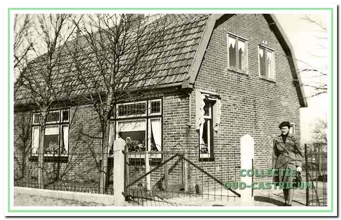 Nogmaals het huis van Lou Zonneveld (zie 9) met rechts dochter Marie Zonneveld.