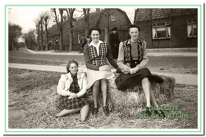 Op de foto zijn nog net zichtbaar de drie gelijksoortige huisjes in de bocht en aan de oostzijde van de Heereweg met v.l.n.r, het huis van Arie Zonneveld (zie 12), van Jan Duinmeijer (zie 11) en van Lou Zonneveld (zie 9). Op de voorgrond v.l.n.r. Geert Stet (gehuwd met Willem Zonneveld), Marie en Cornelia Zonneveld (dochters van Lou Zonneveld en Maria Delis).