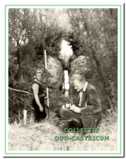 Kraakman en Cor Huysmans bezig met metingen in verband met de watertoevoer naar een vijver.