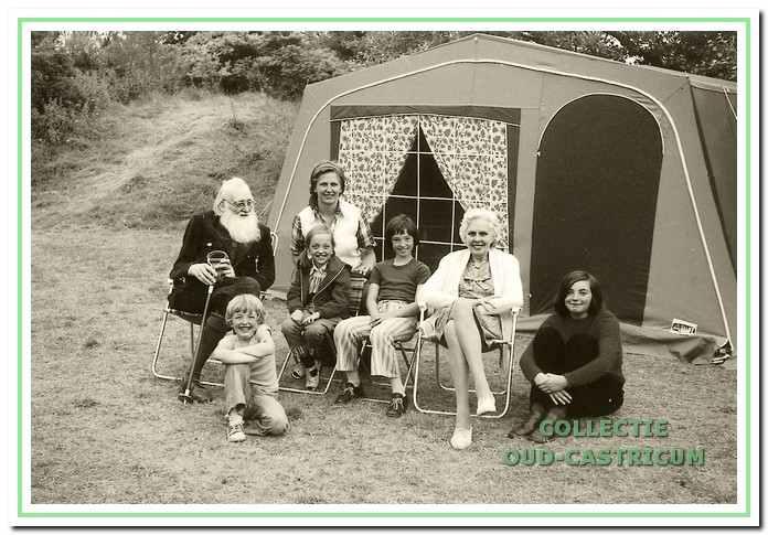 Juffrouw Kelderman en Jaap Kraakman met op De Doornduyn kamperende familieleden.
