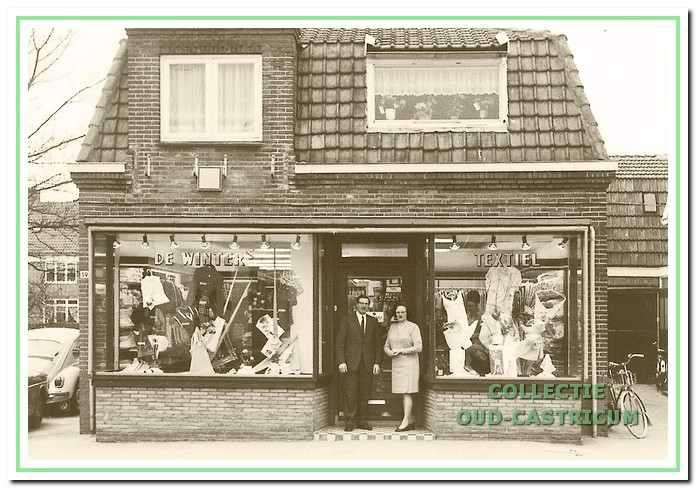 De textiel- en manifacturenzaak van Marietje Meijer aan deBakkummerstraat in Bakkum.