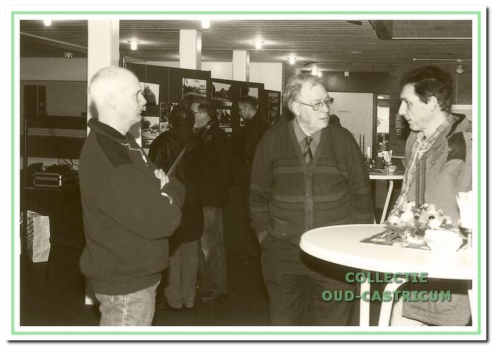 Fototentoonstelling in het raadhuis. V.l.n.r.: Jaap Stuifbergen, Loek Zonneveld en Peter Levi, leden van Oud-Castricum.
