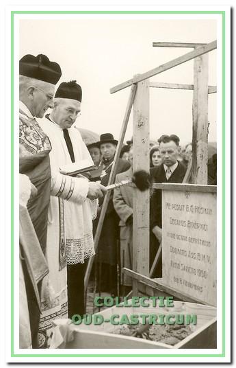 Op 8 november 1950 werd de eerste steen gelegd door deken B.G. Hosman uit Beverwijk; in het midden, rechts van hem, met bonnet bouwpastoor J.Th.J. de Wit.