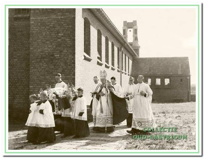 De consecratie van de kerk vond plaats op 21 augustus 1951 door de bisschop van Haarlem, Mgr. Huibers.