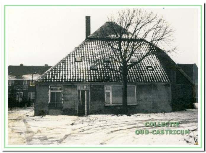 De vervallen boerderij in 1971.