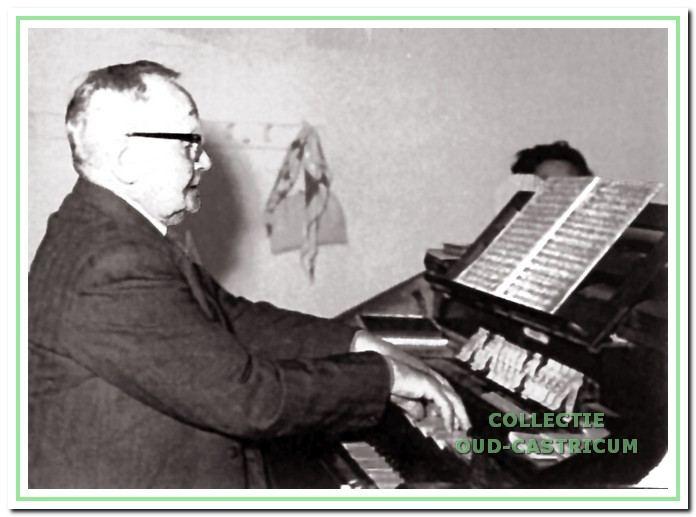 Pieter Kuijs achter het orgel.