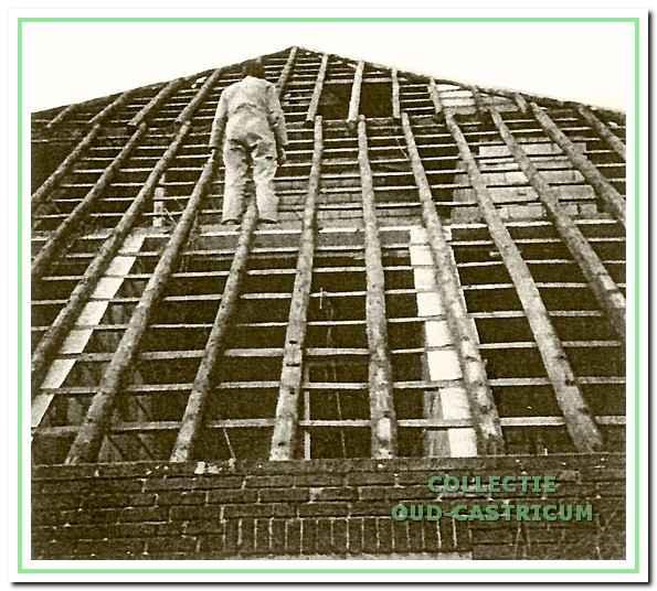 Henk Scheerman tijdens de verbouwing omstreeks 1981.