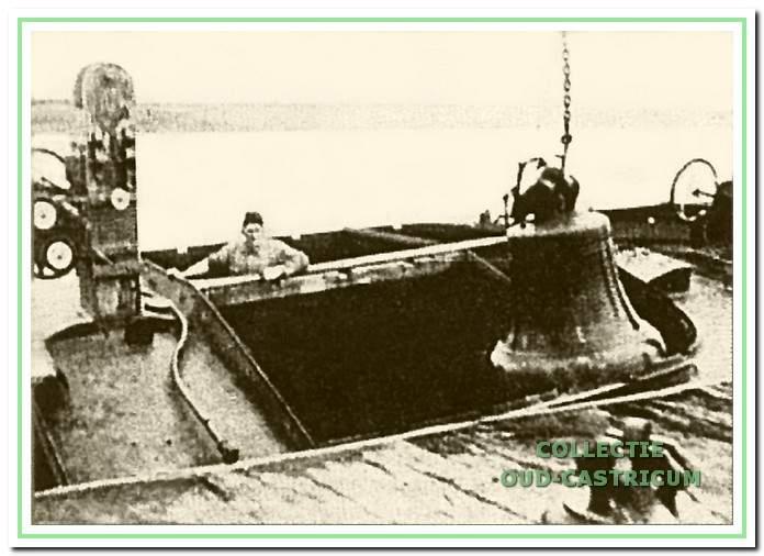 De klokken worden uit het ruim van de gezonken klipperschip 'Hoop op Zegen' geborgen.