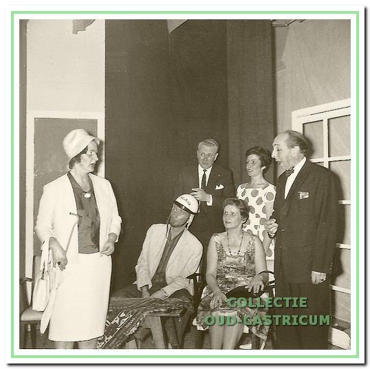 Het eerste stuk 'Hoogheid, uw kameel staat voor' in 1963 met V.l.n.r. staand Wil Baars, Wim Lubsen, Aaf Bruinsel en Jan Assman, zittend Oene Nieuwenhuis en Wil Sanders.
