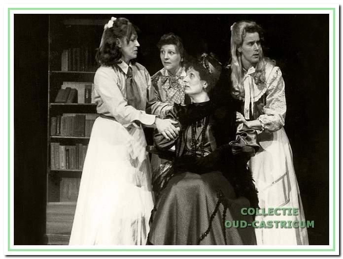 Een scène uit 'Vadertje Langbeen', het jubileumstuk uit 1988 met V.l.n.r. Edith Molenkamp, José Schoonenberg, Jacqueline Ellens en Antoinette Scheffers.