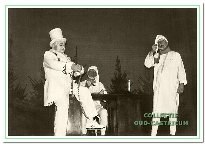 'Scrooge' van Charles Dickens werd tijdens de kerstdagen van 1998 sfeervol en mooi gespeeld. Op de foto V.l.n.r. Bert Wiggers, Frank Edam en Chris de Groot.