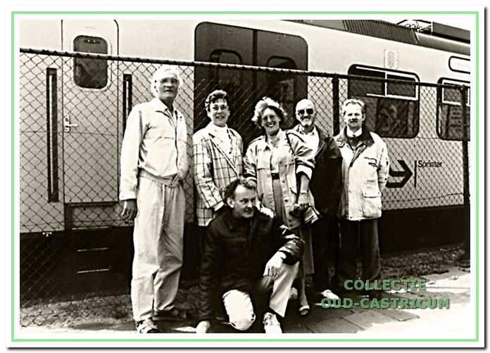 De cast van de eenakter 'Wissels' uit 1991 met staand V.l.n.r. Leo Zomerdijk, Hetty van der Linden, Irma Karssen, Hans Klinkspoor en Jaap van der Linden, hurkend regisseur George Janssens.