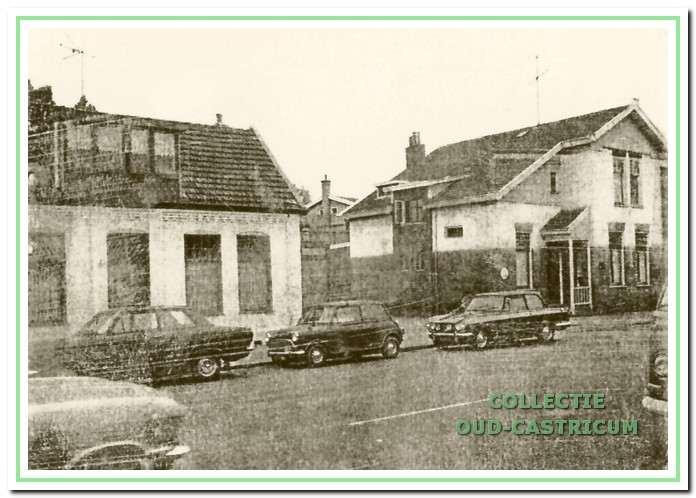 Open plek op de plaats van de in 1970 afgebrande bowlingbar tussen de panden Dorpsstraat nrs 20 en 24.