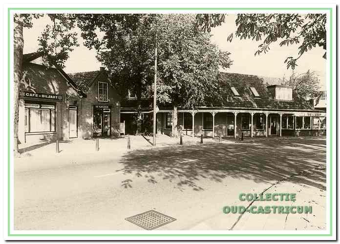 Foto genomen ca. 1980 met links het voormalige veilinggebouw Dorpsstraat 40, hier in gebruik als café-biljart, met daarnaast op 40A winkel 'De Kijkdoos' en tenslotte het hoekpand Dorpsstraat - Mooijstraat, waarin toen was gevestigd bloemenhandel 'De Kruyff'.