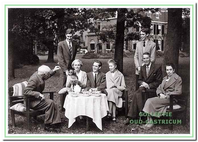 Theetijd in de tuin van Westerhout. V.l.n.r.: Frits Gevers, Jan Boreel, mevrouw Emilie Boreel - van Tuyll van Serooskerken, Lucas Boreel, Marietje (zuster van Hugo), Geert Boreel, Hugo Boreel, Pauline (zuster van Hugo).
