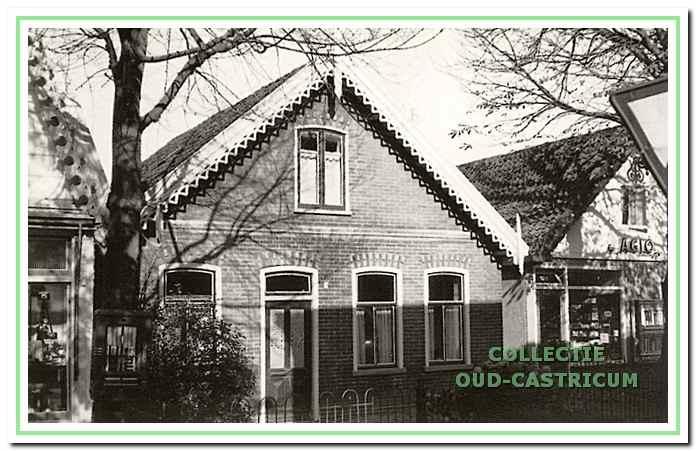 Een foto uit de (negentien)zestiger jaren van het huis van Anna de Boer in de Burg. Mooijstraat; op deze plaats is nu de ING-bank gevestigd.