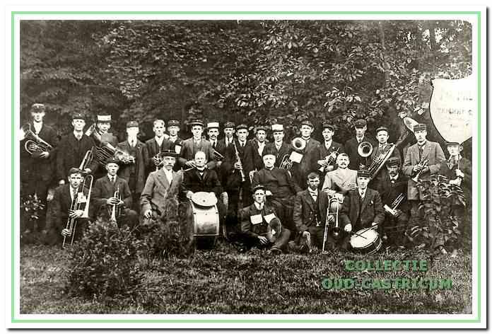 Hier poseren de leden van muziekvereniging 'Eendracht maakt macht' in 1915. De beschermheer van het fanfarekorps, pastoor Engeringh, zit in de middelste rij. Links van hem (met de grote trom) dirigent Piet Kuijs en rechts van de pastoor zit Henk Hemmer, mede-oprichter en eerste voorzitter van de vereniging.