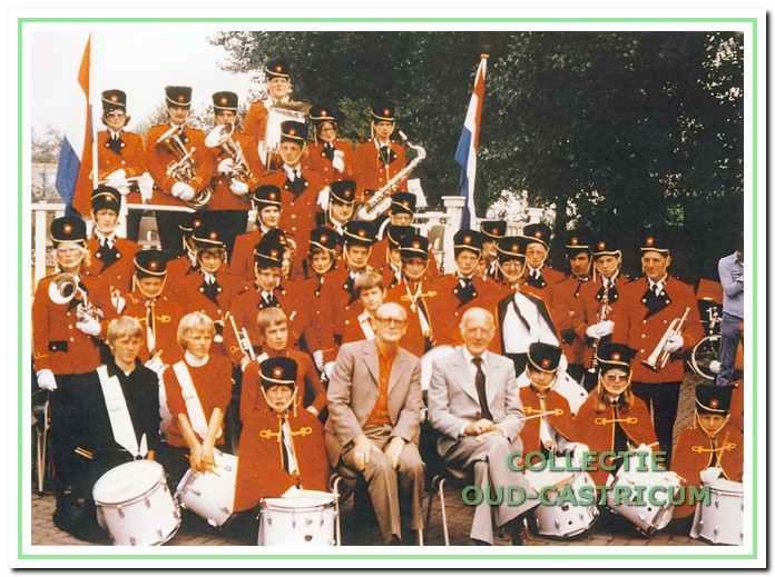 De fanfaredrumband van Emergo in 1976 met voorzitter Cor de Beurs {links gezeten) en naast hem dirigent Jan Heijne, die het jaar daarop plotseling overleed.