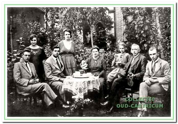 Het gezin van Pieter Arnold omstreeks 1920 in nog gelukkige tijden bijeen in de tuin van hun huis aan de Dorpsstraat. Van links naar rechts: Theo Arnold, Marianne Pach (vrouw van Theo), Piet Arnold, Marijtje Ewald (vrouw van Piet), moeder Anna van Duijn, Anna Arnold, vader Pieter Arnold en Johan Arnold.