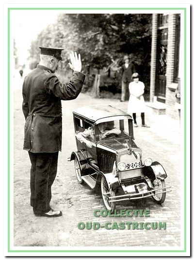 Veldwachter Bleijendaal houdt Jan Dekker aan op de Cieweg ter hoogte van de Dorpsstraat. De foto is in de zomer van 1933 gemaakt door een persfotograaf. Foto's van de miniauto werden in binnen- en buitenlandse bladen opgenomen.