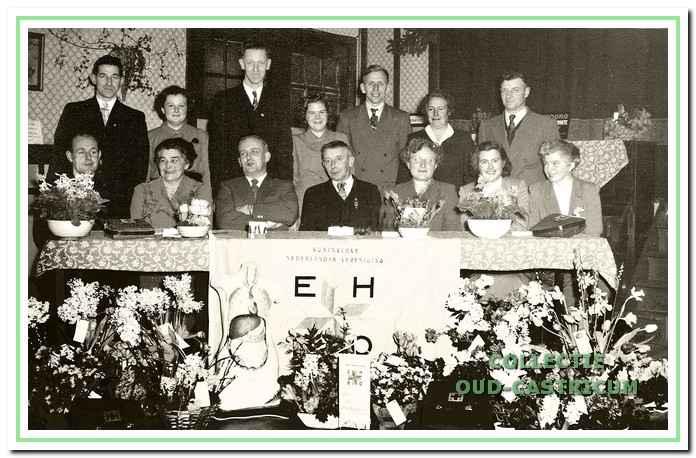 Het 25 jarig bestaan van de vereniging werd gevierd in Hotel De Rustende Jager. Foto met dokter van der Sluis.