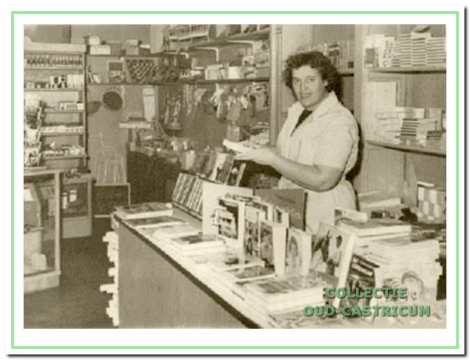 Interieurfoto van de boekhandel van Kees Stuifbergen jr. in 1963.