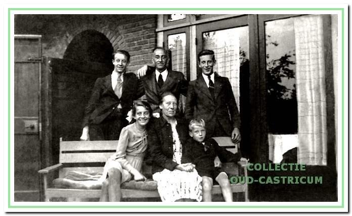 Het gezin Hoberg achter hun woning in de Pernéstraat.