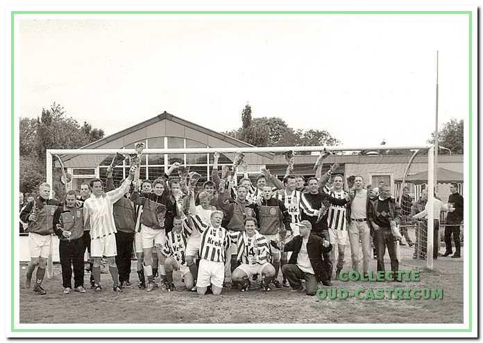 Het zondagteam van FC Castricum promoveerde in 2003 in en tegen Nieuwe Niedorp.