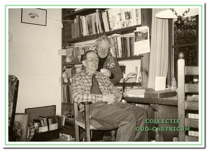 Eldert op zijn geliefde plekje bij het zijraam van het Voerhuis met zijn echtgenote Betty.