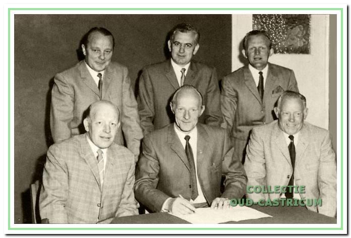 Het bestuur van Blauw-Zwart tijdens het 25-jarig bestaan van de supportersvereniging in 1970.